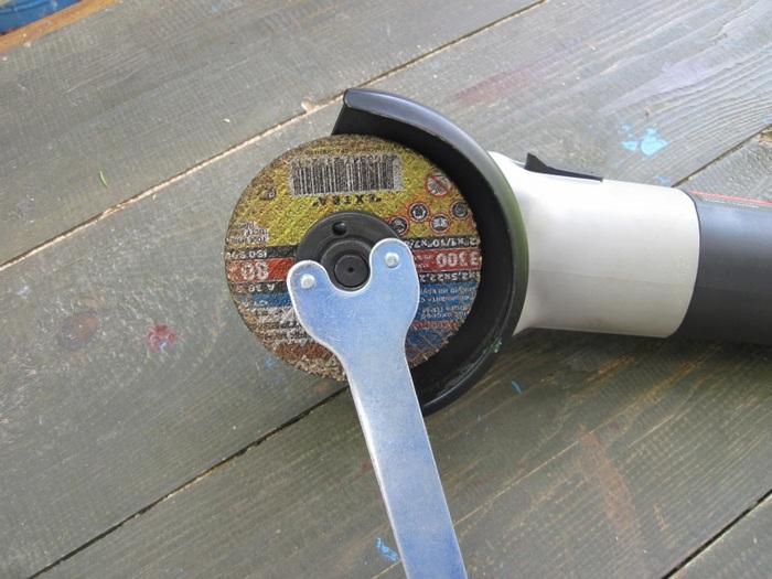 Диск должен быть правильно зафиксирован и хорошо зажат. /Фото: strong.tools.