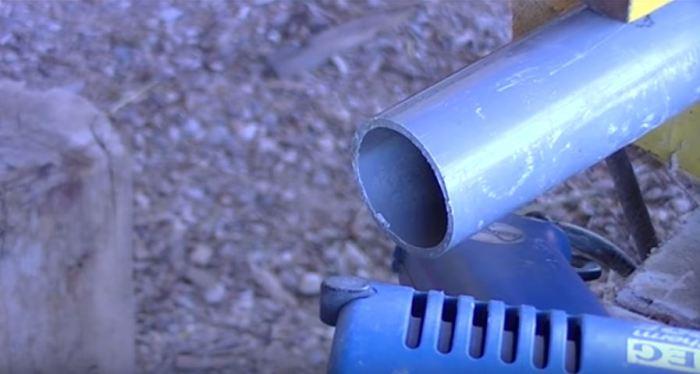 Фиксируем одну из труб. /Фото: youtube.com.