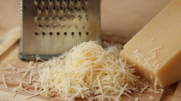 Убрать сыр можно картошкой.