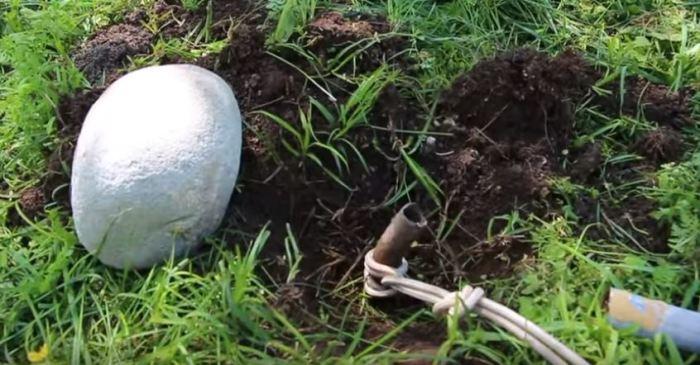 Кладем камень. /Фото: youtube.com.