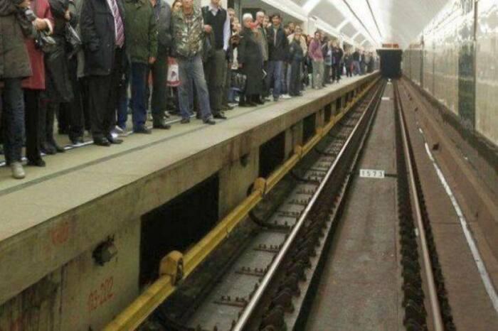 Электричество для поезда идет по желтому рельсу сбоку. /Фото: ridus.ru.