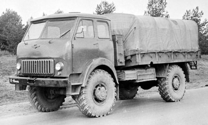 Большой грузовик с хорошей проходимостью.