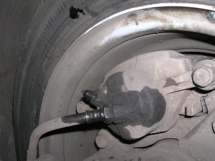 На колеса стекает тормозная жидкость. /Фото: prosedan.ru.