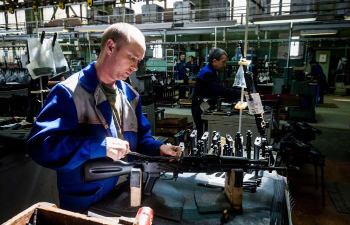 Выпуск оружия невозможен без проверки качества сборки. /Фото: doseng.org.