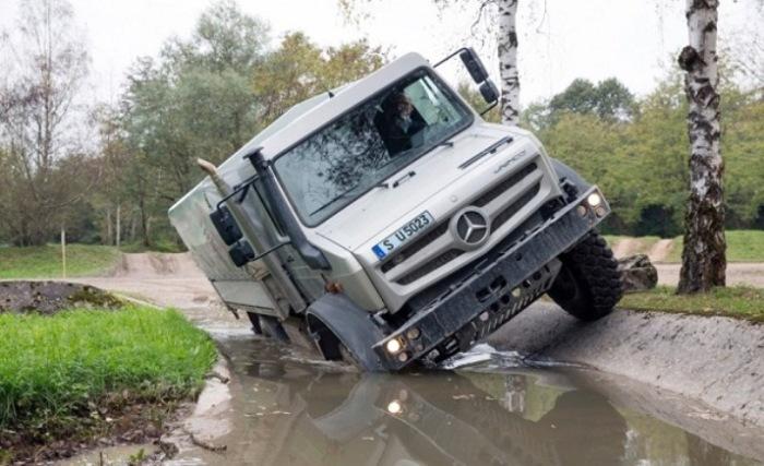 Грузовик Mercedes Unimog на самом деле вездеход.