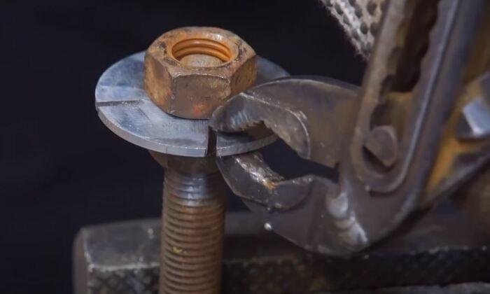 Вырезаем крыльчатку. /Фото: youtube.com.