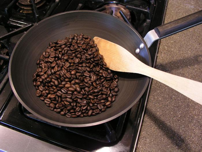 Поджарьте немного зерен. /Фото: indoorhifi.com.