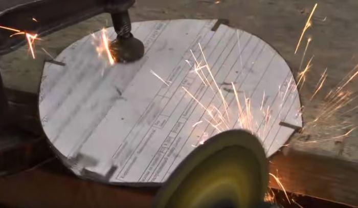 Точим диск. /Фото: youtube.com.