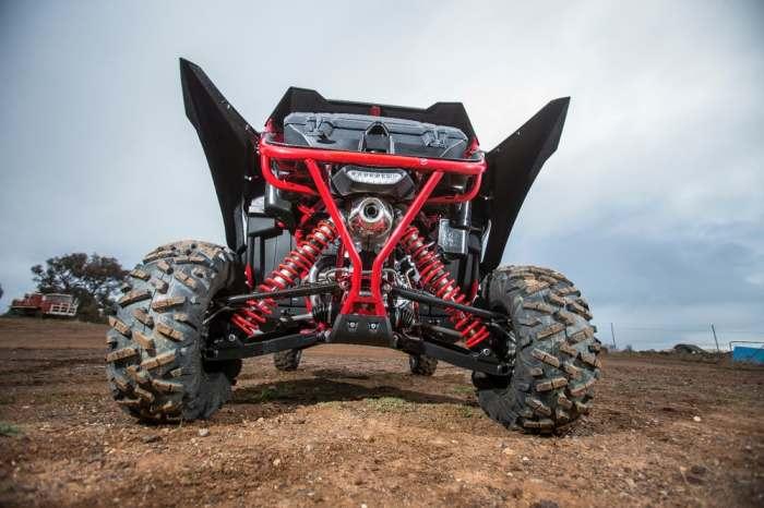 Супердлинные рычаги подвески, массивные внедорожные шины, привод на четыре колеса.