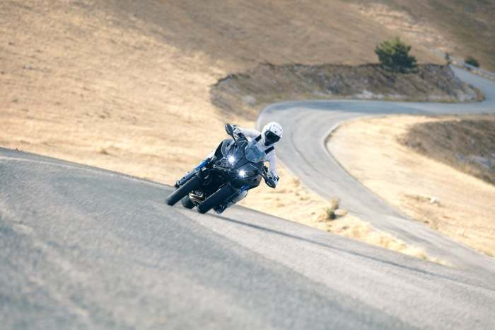 Мотоцикл Yamaha Niken вышел на дороги.