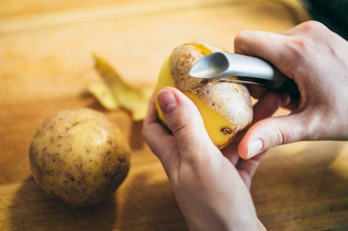 Чистим картошку. /Фото: build-experts.ru.
