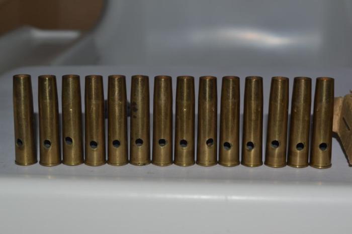 Бывают отверстия заводские, но только в макетах патронов. /Фото: guns.allzip.org.