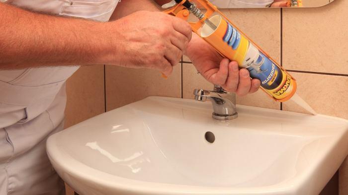 Можно заделать и над раковиной сразу. /Фото: prorab.help.
