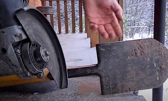 Используем листовой металл для прочистки паза. /Фото: youtube.com.