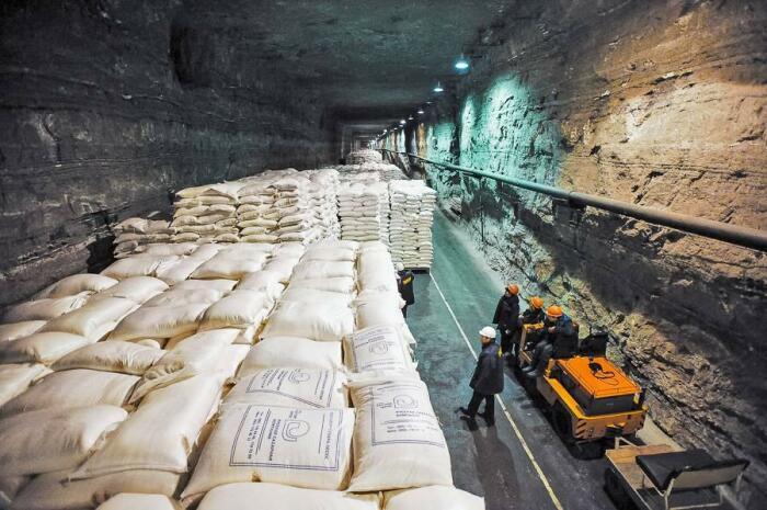 Точное местонахождение складов никто не скажет. /Фото: versia.ru.
