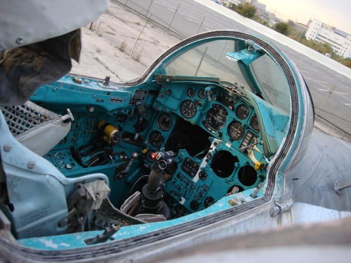 Спирт используется системой охлаждения электрооборудования и дыхательной системы пилота. /Фото: livejournal.com.