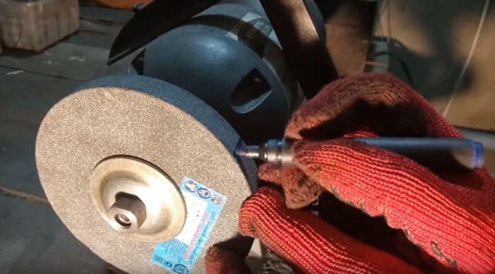 Готовим рабочий инструмент.  /Фото: youtube.com..