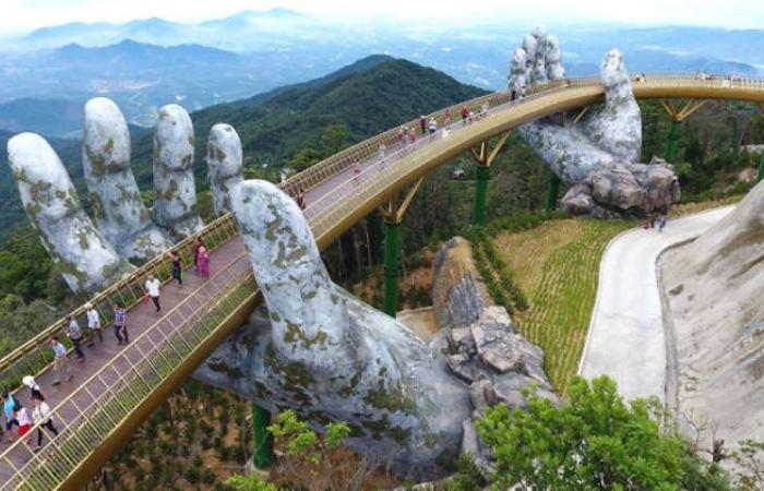 Удивительный мост открылся во Вьетнаме.