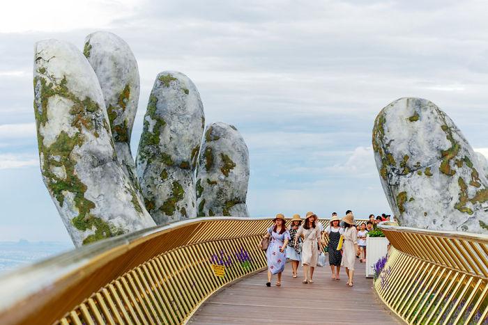 Мост привлекает много туристов.