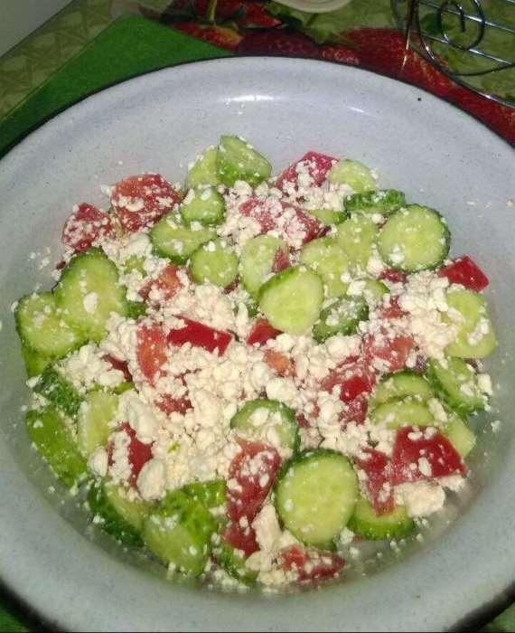 Салат из творога, огурцов и помидоров.