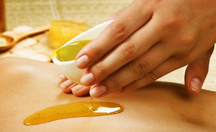 Оливковое масло поможет увлажнить кожу, волосы, ногти.