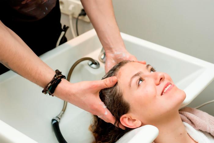 Жирные волосы лучше мыть отдельно от тела прохладной водой.