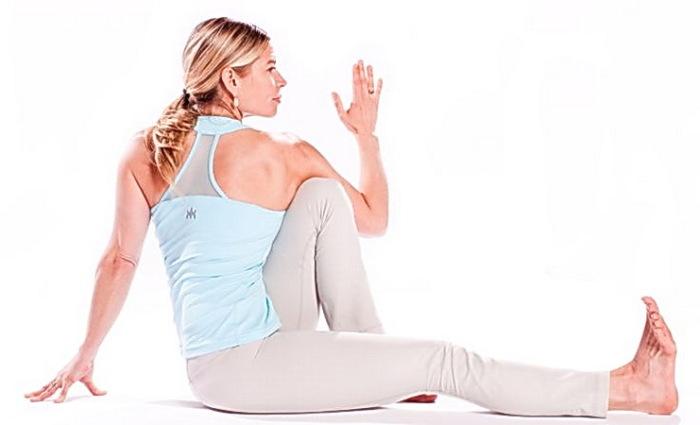Эта несложная скрутка, выполняемая сидя, имеет колоссальный эффект для спины и позвоночника