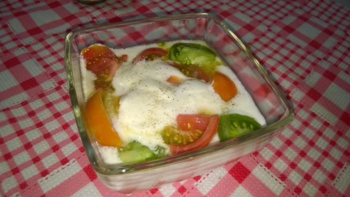 Овощной салат с диетической заправкой.