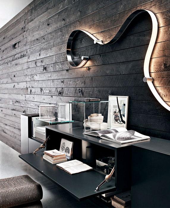 Причудливый светильник на стене.
