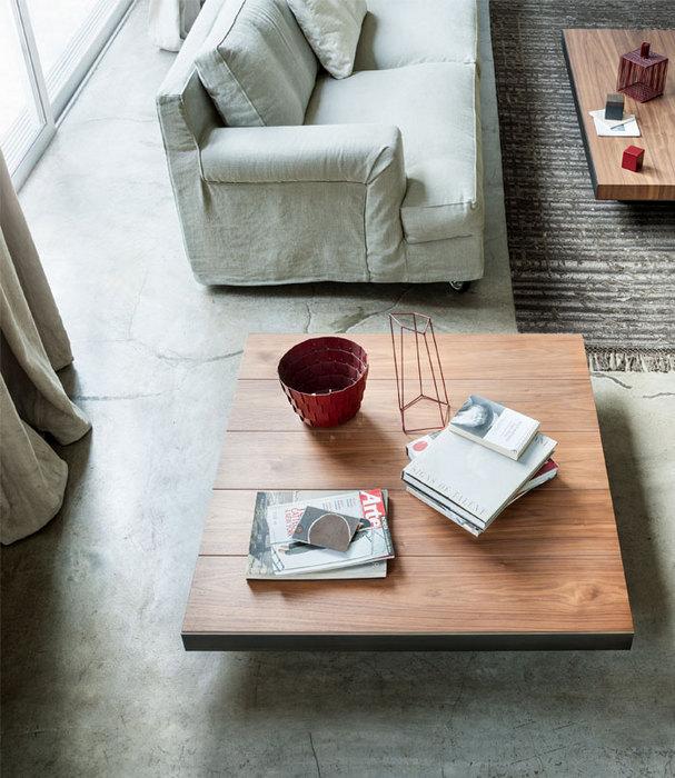 Журнальный столик из дерева.