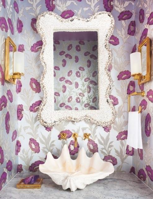 Фиолетовый в паттерне на обоях.