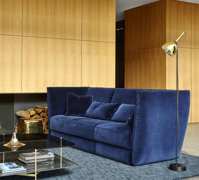 Красивый большой диван.