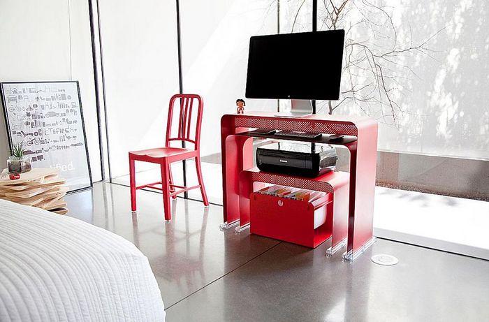 Компьютерный стол для небольших пространств.