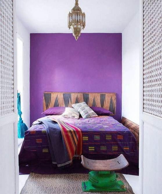 Акцент на одной стене в спальне.