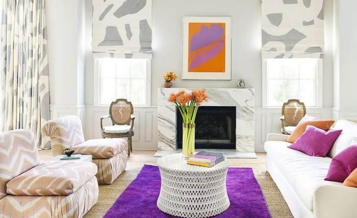 Фиолетовый ковёр в гостиной.