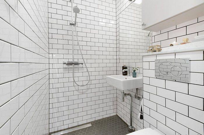 Интерьер очень маленькой ванной комнаты.