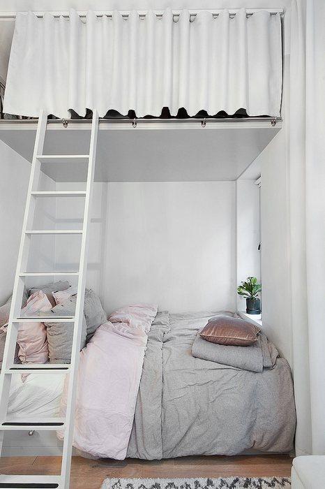 Спальное место в нише, системы хранения под потолком.