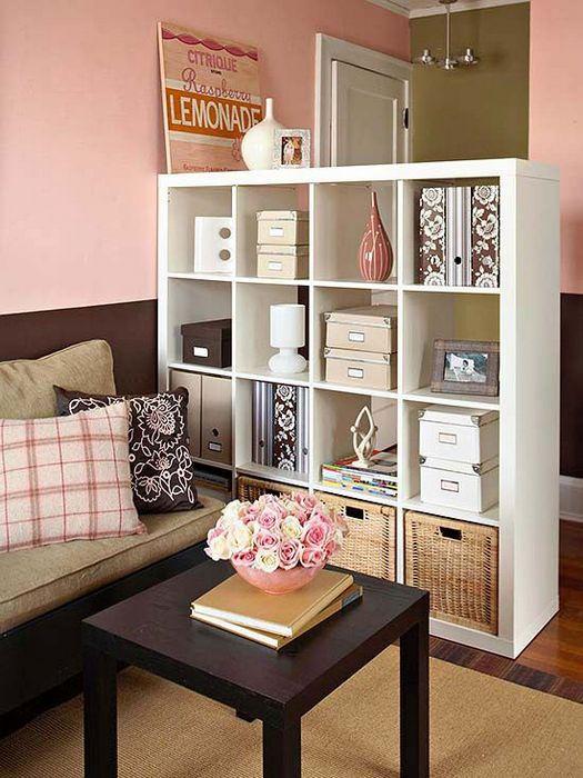 Стильный стеллаж в интерьере небольшой квартиры.