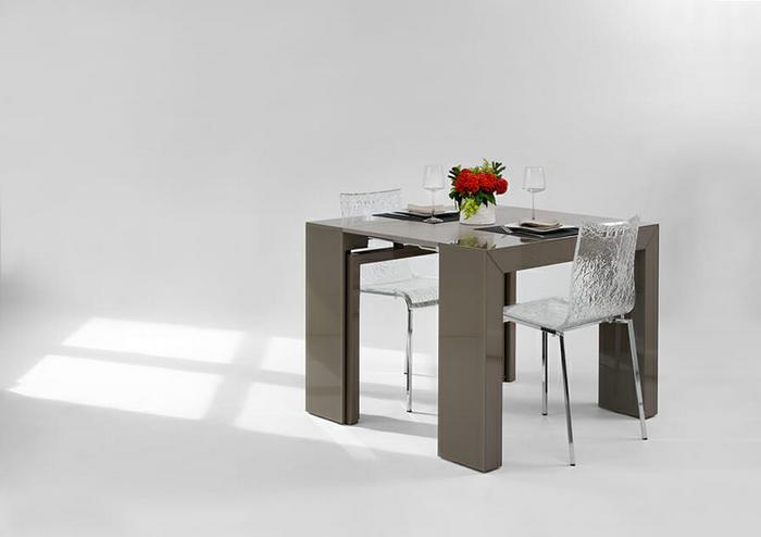 Можно сделать такой интересный компактный вариант стола.