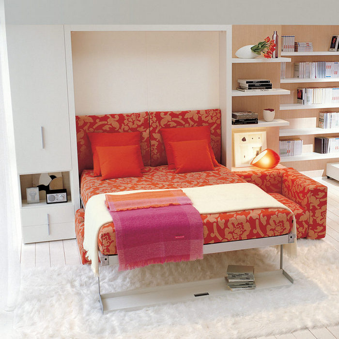 Одним движением диван превращается в кровать.