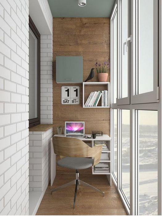 Домашний офис на застеклённом балконе.