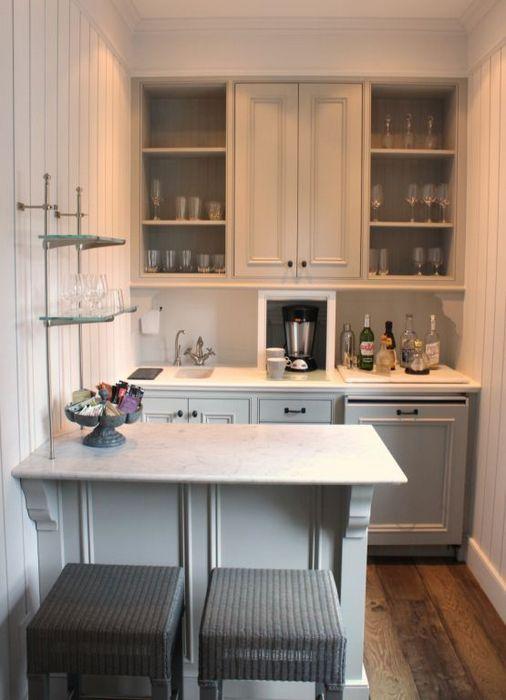 Барная стойка на маленькой кухне.