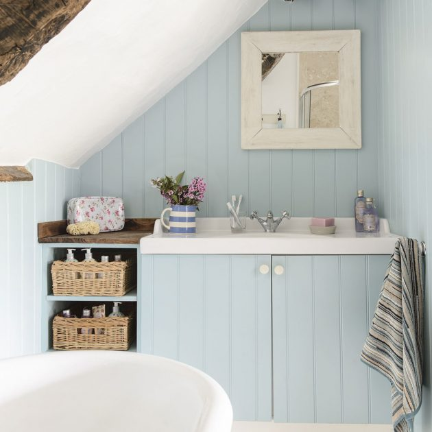 Плетёные корзинки для хранения в ванной.
