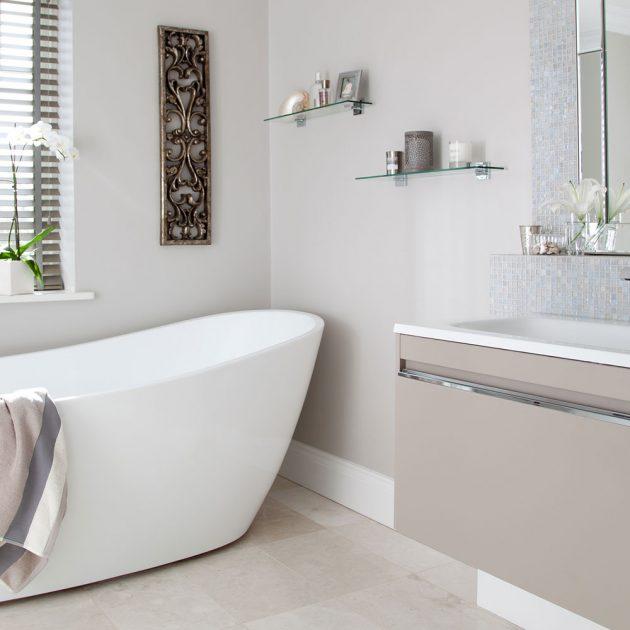 Стеклянные полки в ванной.