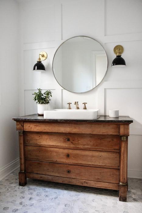Стильная деревянная мебель в ванной.