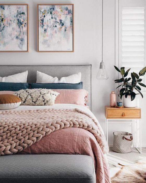Прикроватная тумба играет в интерьере спальни одну из ключевых ролей.