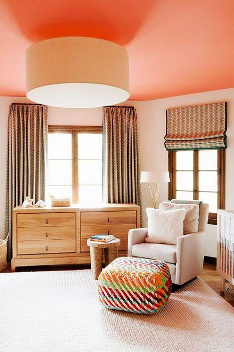 Стильный персиковый потолок.