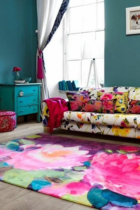 Яркий ковёр с крупным цветочным принтом.