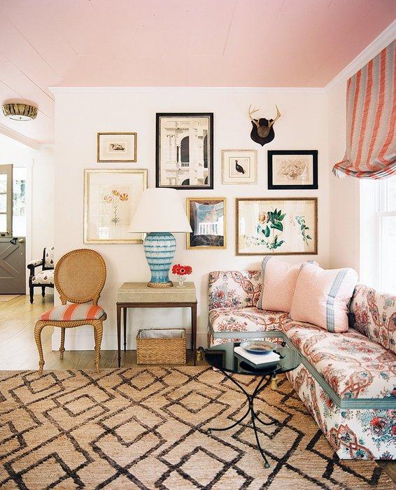 Креативный розовый потолок освежает пространство.