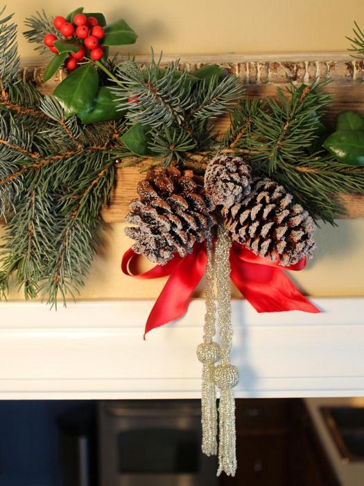 Еловые и сосновые шишки в качестве новогоднего декора.